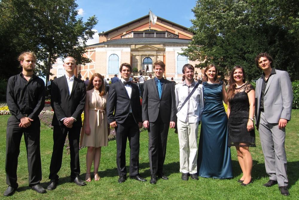 Unsere Stipendiaten vor dem Festspielhaus in Bayreuth