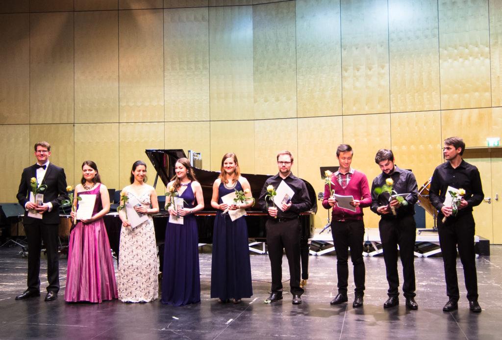 Glückliche Stipendiaten nach einem großartigen Konzert am 16. Juni 2016 im Dr. Hoch's Konservatorium (zum Vergrößern bitte ins Bild klicken)